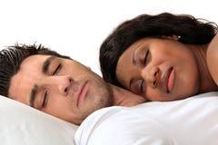 Mulher que dorme em seu marido foto de stock royalty free