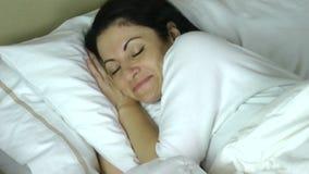 Mulher que dorme em sua cama em casa que tem um sonho muito feliz video estoque