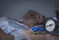 Mulher que dorme em sua cama na noite, está descansando Fotografia de Stock