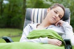 Mulher que dorme em um jardim fotos de stock royalty free