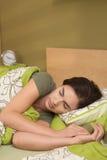 Mulher que dorme no edroom de b Fotografia de Stock