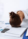 Mulher que dorme no trabalho na pose engraçada Fotos de Stock