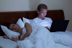 Mulher que dorme, surfar do homem Fotos de Stock Royalty Free