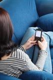 Mulher que emite SMS fotos de stock