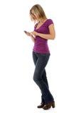 Mulher que emite um texto Fotografia de Stock