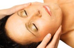 A mulher que encontra-se, começ a massagem, reiki, Fotografia de Stock