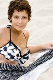 Mulher que encontra-se em uma areia Fotografia de Stock Royalty Free
