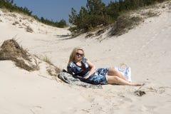 Mulher que encontra-se na areia Imagens de Stock