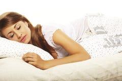 Mulher que encontra-se na cama Fotografia de Stock