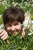 Mulher que encontra-se na grama verde Foto de Stock