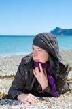 Mulher que encontra-se na praia Foto de Stock