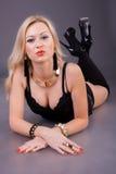 Mulher que encontra-se no assoalho com auscultadores Foto de Stock Royalty Free