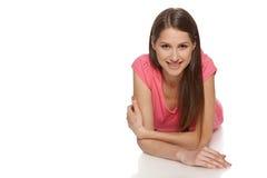 Mulher que encontra-se no assoalho do estúdio Foto de Stock Royalty Free