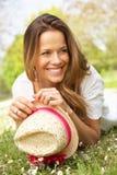 Mulher que encontra-se no campo de flores do verão Imagens de Stock
