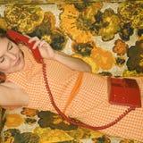 Mulher que encontra-se no sofá. fotografia de stock