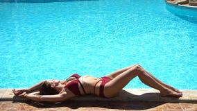 Mulher que encontra-se perto da piscina do verão video estoque