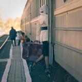 Mulher que entra no carro de trem interno imagens de stock