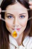 Mulher que entrega a colar com safira amarela Fotografia de Stock Royalty Free