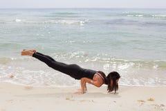 Mulher que equilibra em seus braços Fotos de Stock Royalty Free