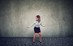 Mulher que equilibra no fundo cinzento imagens de stock royalty free