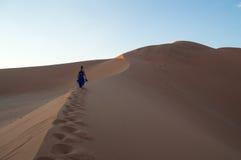 Mulher que escala Big Daddy Dune durante o nascer do sol, paisagem do deserto imagem de stock royalty free