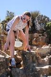 Mulher que escala para baixo a cabeça dos leões Fotos de Stock Royalty Free