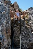 Mulher que escala uma escada Foto de Stock Royalty Free