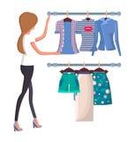 Mulher que escolhe camisas e o short novos de Vogue do verão ilustração do vetor
