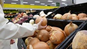 Mulher que escolhe a cebola fresca Foto de Stock Royalty Free