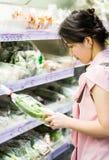 Mulher que escolhe a couve chinesa Fotografia de Stock