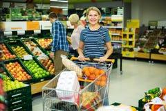 Mulher que escolhe frutos sazonais Fotos de Stock Royalty Free