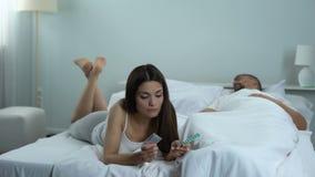 Mulher que escolhe a melhor maneira de proteger de gravidez indesejável, de preservativos ou de comprimidos video estoque