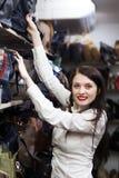 Mulher que escolhe o saco na loja Fotografia de Stock