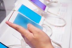 Mulher que escolhe o smartphone móvel novo fotos de stock royalty free