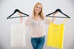 Mulher que escolhe o vestido Imagem de Stock Royalty Free