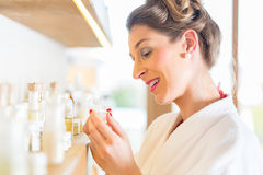 Mulher que escolhe produtos dos termas do bem-estar Foto de Stock Royalty Free