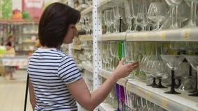 Mulher que escolhe vidros na loja filme