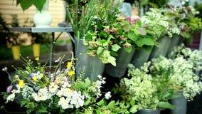 Mulher que escolhe wildflowers, fazendo e vendendo ramalhetes no mercado filme