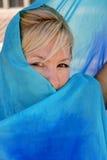 Mulher que esconde na seda imagens de stock royalty free