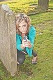Mulher que esconde no cemitério Fotos de Stock