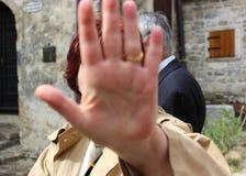 Mulher que esconde sua cara com sua palma foto de stock