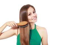 Mulher que escova seu cabelo foto de stock