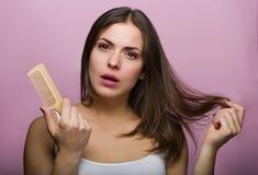 Mulher que escova seu cabelo fotos de stock