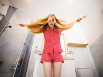 Mulher que escova seu cabelo longo imagens de stock