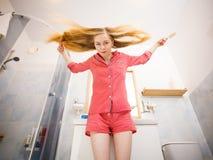 Mulher que escova seu cabelo longo imagens de stock royalty free