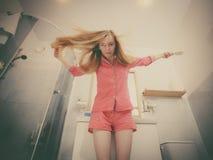 Mulher que escova seu cabelo longo fotos de stock royalty free