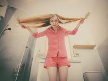 Mulher que escova seu cabelo longo imagem de stock royalty free