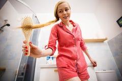Mulher que escova seu cabelo longo foto de stock