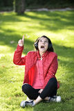 Mulher que escuta a música Foto de Stock Royalty Free