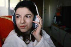 Mulher que escuta a música Imagens de Stock
